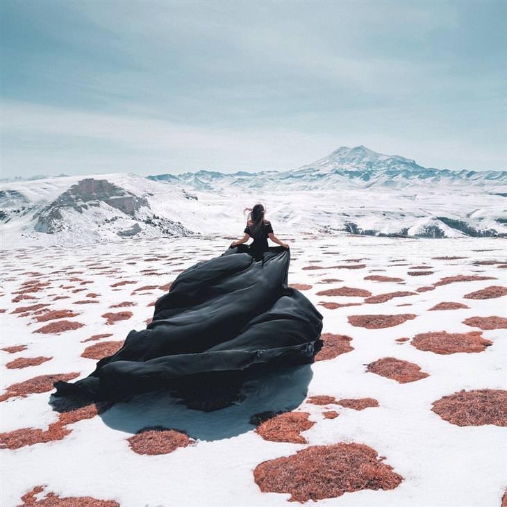 תחרות צילום של סוני 2020: אישה עם שמלה ארוכה על הר מושלג