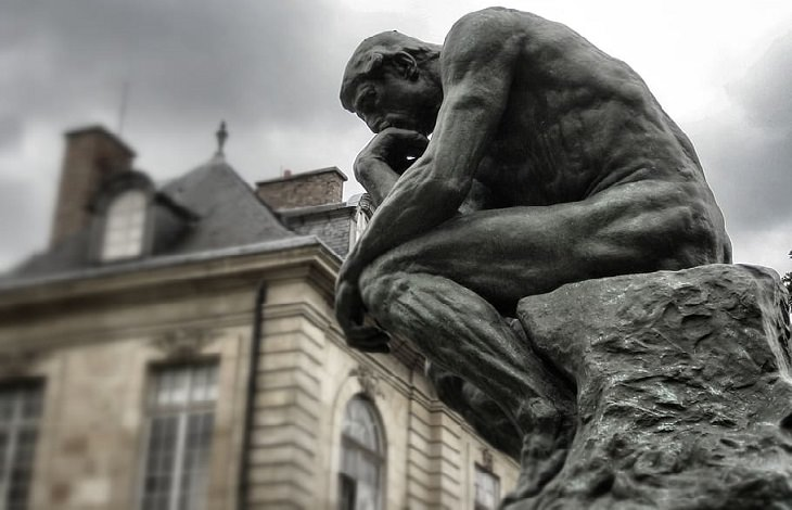 איך להיפטר ממחשבות שליליות: פסל האיש החושב