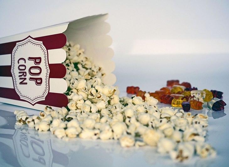 סרטי פנטזיה נבחרים: פופקורן נשפך מקופסה, ולצידו סוכריות גומי