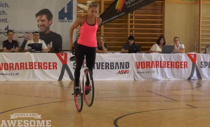 העצמה נשית: אישה מבצעת פעלולי אופניים