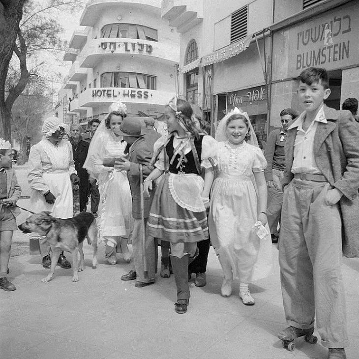 תמונות נוסטלגיות מפורים: אנשים מחופשים בסמוך למלון הס בתל אביב, 1948-1949