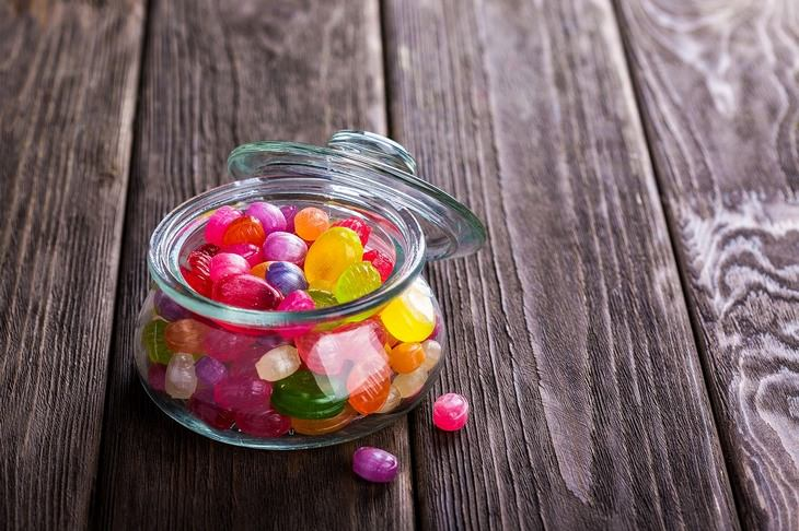 איך להימנע מאכילה משעמום בבית: צנצנת עם סוכריות ג'לי