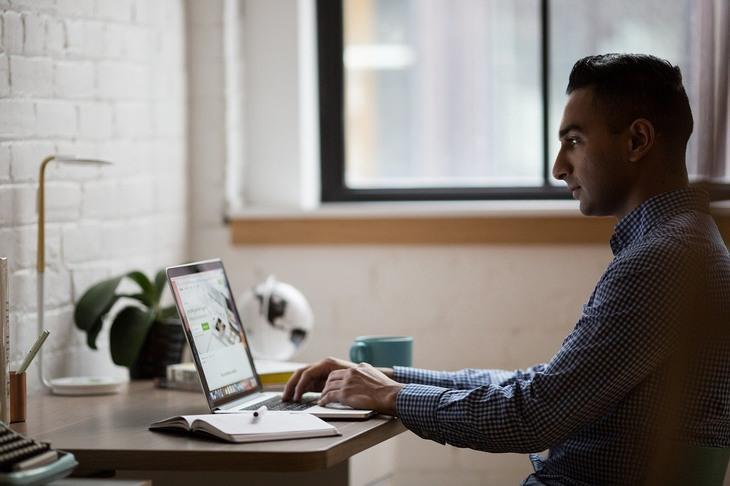 דברים שלמדתי מסגר הקורונה: איש עובד על מחשב נייד