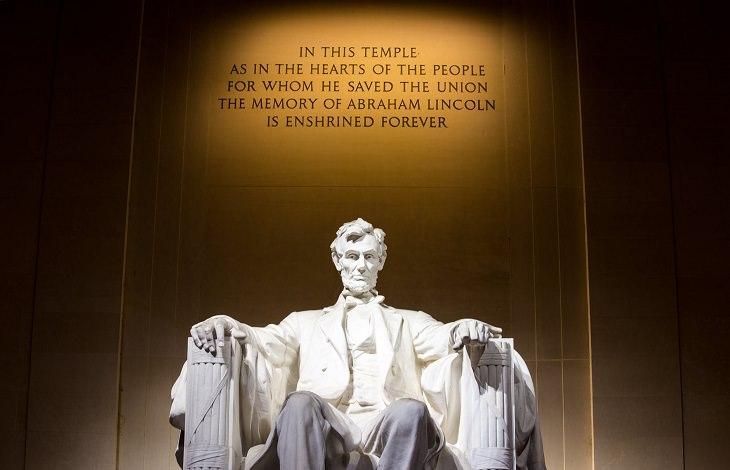 עובדות על מנהיגים: פסל לינקולן עם ציטוט שלו מאחור