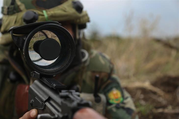 חייל ישראלי נגד גדוד לבנוני: חייל מכוון נשק