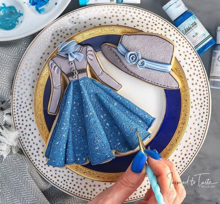 עוגיות מעוצבות מבצק סוכר: שמלה וכובע בגווני כחול וסגול-לילך בסגנון של פעם