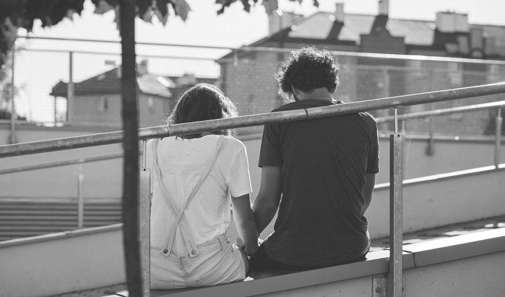 עצות של מומחי זוגיות לימי הקורונה: זוג מדוכדך יושב ליד מעקה