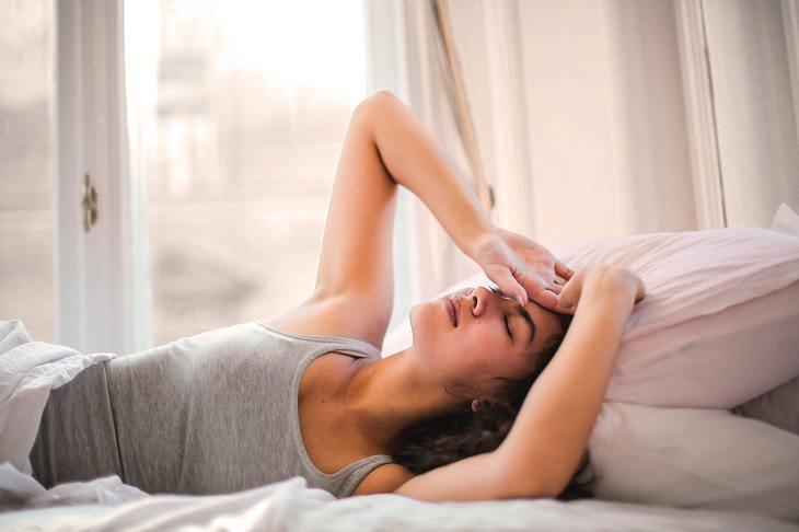 תופעות לוואי העלולות להעיד על הריון: אישה במיטה