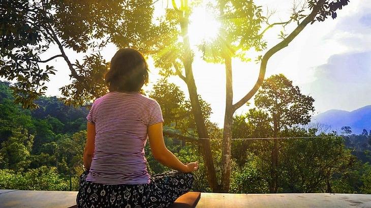 מדיטציה בתקופת משבר הקורונה: אישה מתרגלת מדיטציה