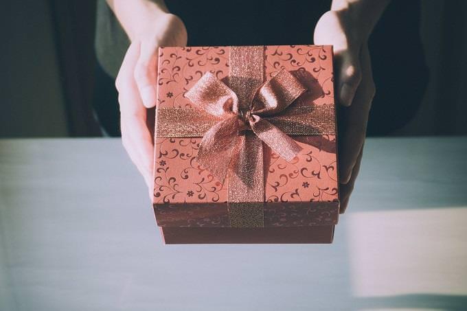 מבחן אישיות על שקרים: ידיים מושיטות קופסת מתנה