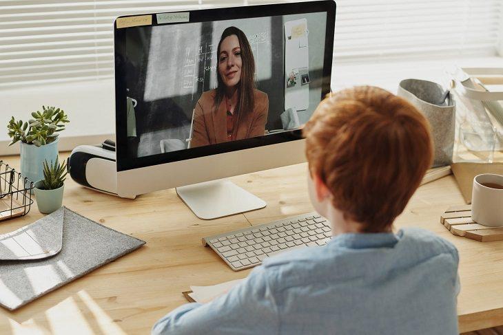 טיפים להורים לניהול למידה מרחוק: ילד צופה במורה במסך מחשב