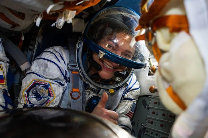 תמונות חלל מדהימות: האסטרונאוטית ג'סיקה מאיר מחייכת למצלמה