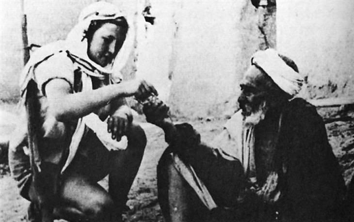 """תמונות נוסטלגיות של ישראלים: תושב ערבי של לוד נותן סיגריה ללוחם פלמ""""ח"""