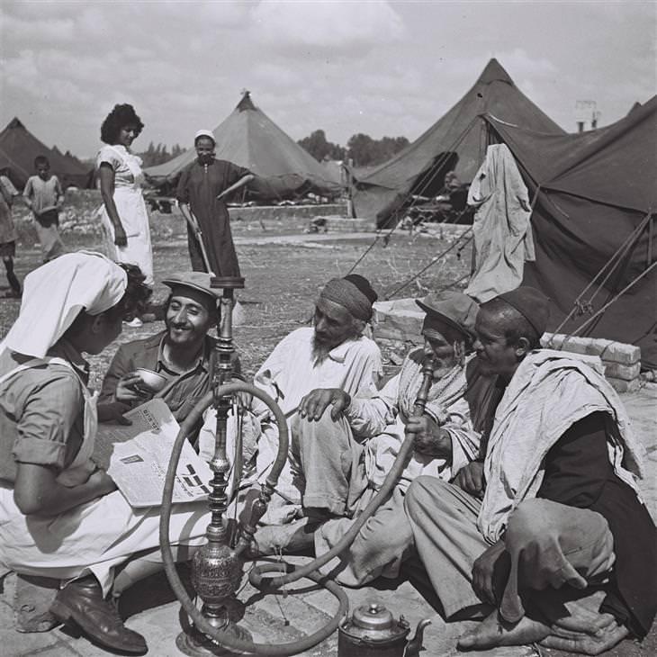 תמונות נוסטלגיות של ישראלים: עולים חדשים מתימן מעשנים נרגילה במחנה קליטה
