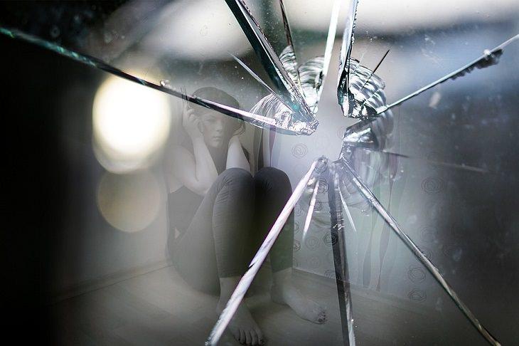 שיטת טיפול בחרדה: נערה מפוחדת מאחורי זכוכית שבורה
