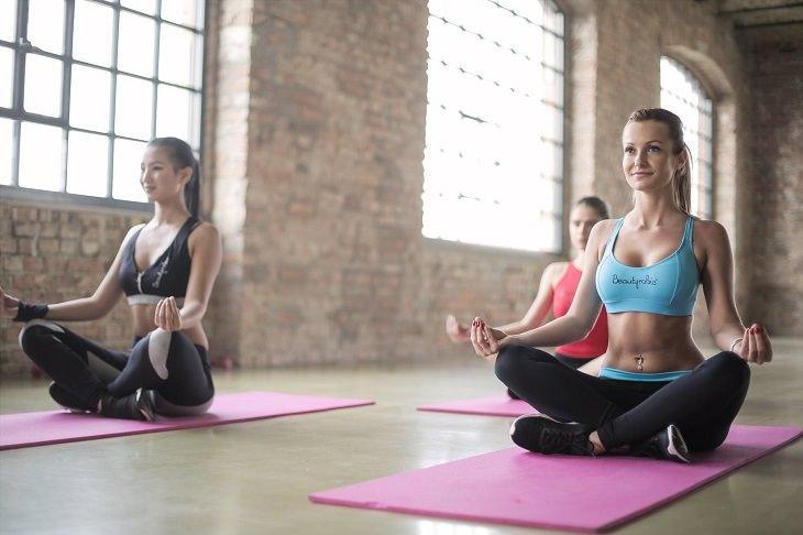 תנוחות יוגה להעברת כאבי ראש: נשים מבצעות את תנוחת נשימה עמוקה