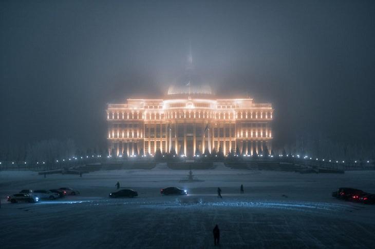 תמונות של נור סולטן בחורף: ארמון הנשיאות בלילה