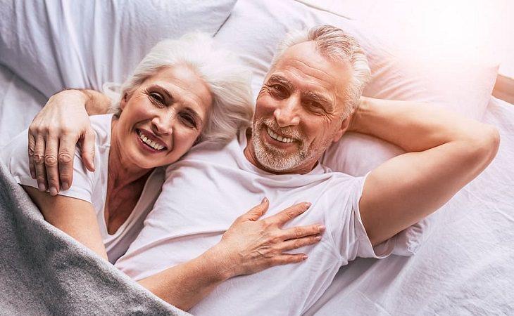 בדיחה: זוג זקנים במיטה