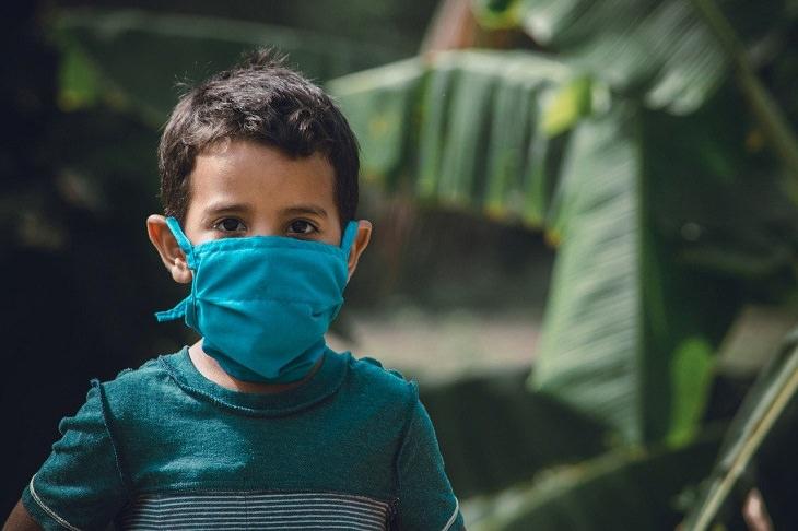 סימנים נפשיים בילדים בעקבות הקורונה: ילד חובש מסכת פנים