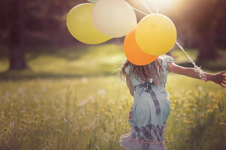 10 כללים לאושר: ילדה רצה עם בלונים
