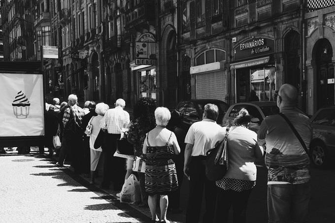 מבחן אישיות על תכונה חזקה: אנשים מחכים בתור