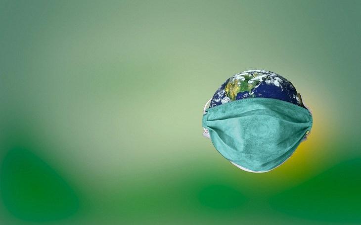 מדינות שמצליחות לבלום את הקורונה: איור של כדור הארץ מכוסה במסכת פנים
