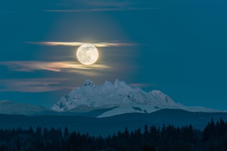 נופי טבע: ירח-על מעל הר שלושת האצבעות