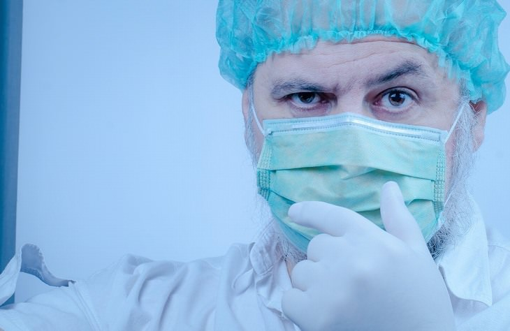 שאלות ותשובות על קורונה: רופא עם מסכה