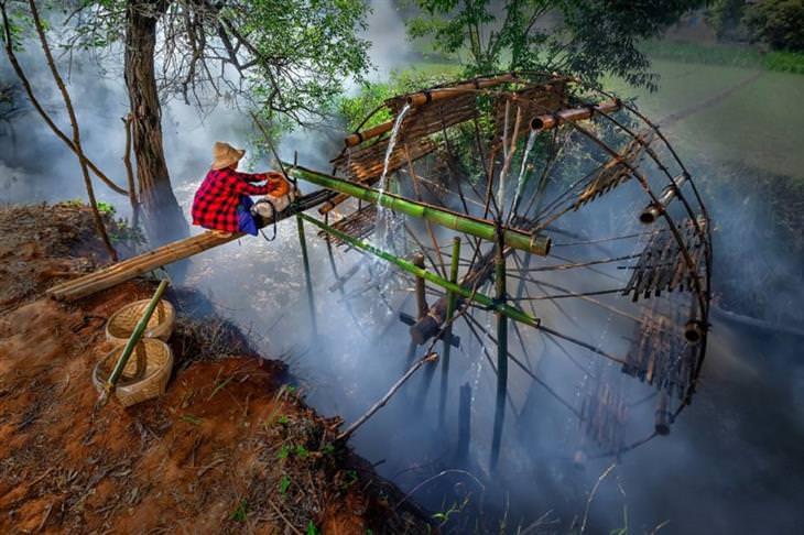 """תמונות מנצחות מתחרות צילום  """"מים 2020"""": אדם אוסף מים מגלגל מים"""