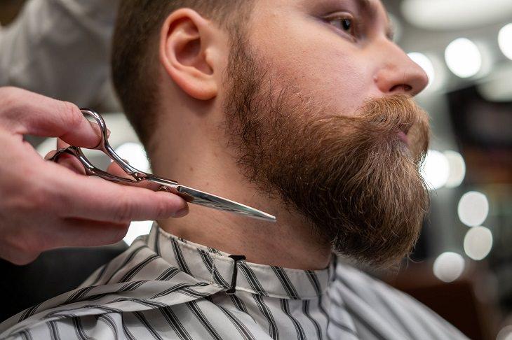 טיפים להסתפר ולטפח את השיער לבד: מספריים חדים ואדם עם זקן מעוצב