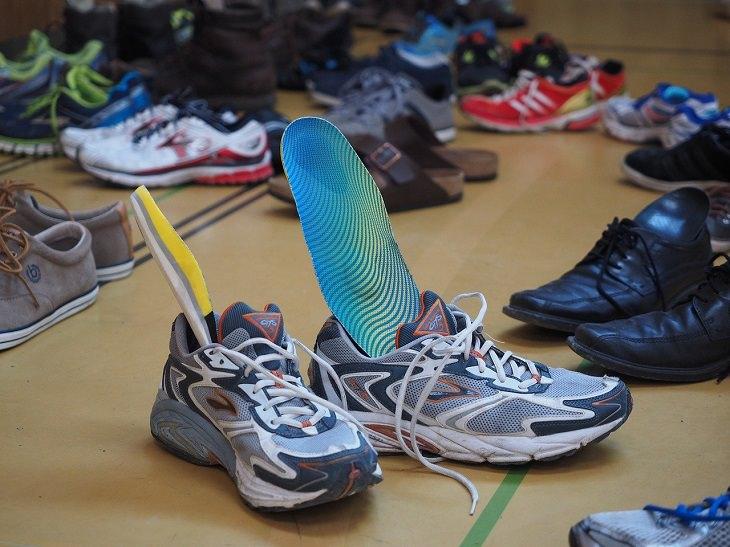 טעויות שעושים עם נעליים ואיך לתקן אותן: נעלי ספורט ובתוכן מדרסים
