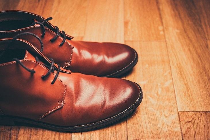טעויות שעושים עם נעליים ואיך לתקן אותן: זוג נעליים חומות על רצפת פרקט