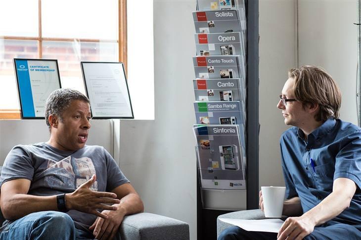 איך להקשיב לאחרים: אנשים מדברים
