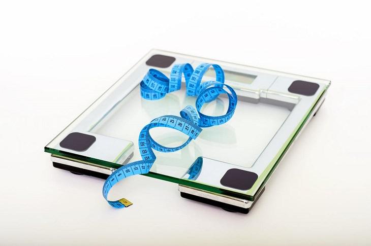 דיאטת סירטפוד: משקל דיגיטלי ומעליו סרט מידה