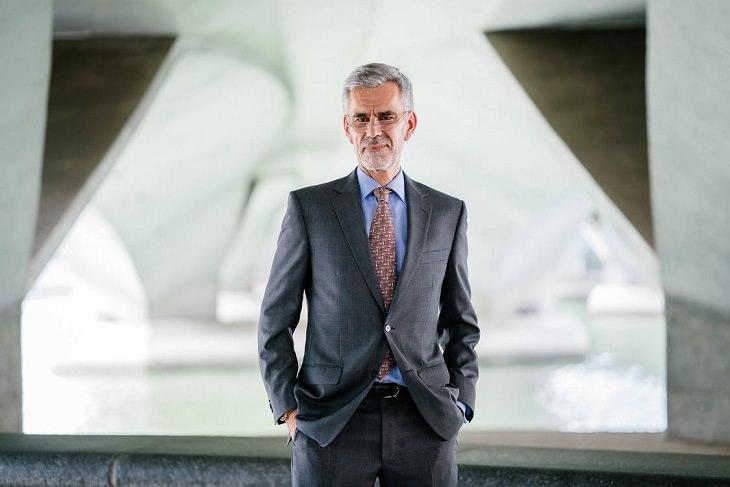 עצות למנהיגות עצמית: איש מבוגר בחליפה