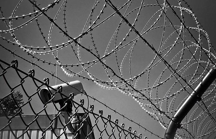 התמודדות עם התעללות רגשית בזוגיות: גדר תייל ומצלמת אבטחה