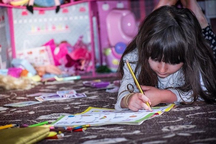 עצות להורים שצריכים להשאיר ילד לבד בבית: ילדה בבית