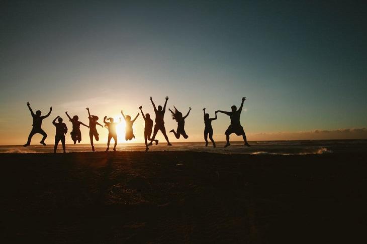 תפקידים ממשלתיים הזויים: צלליות של אנשים קופצים משמחה