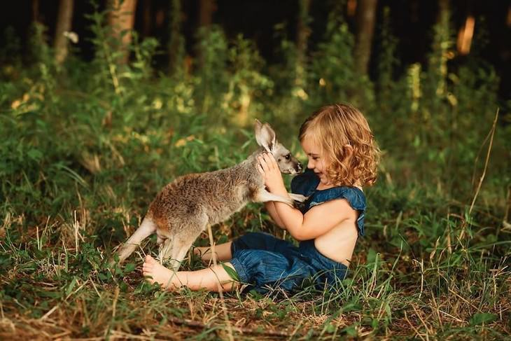 תמונות מקסימות של חיות וילדים: ילדה וקנגרו