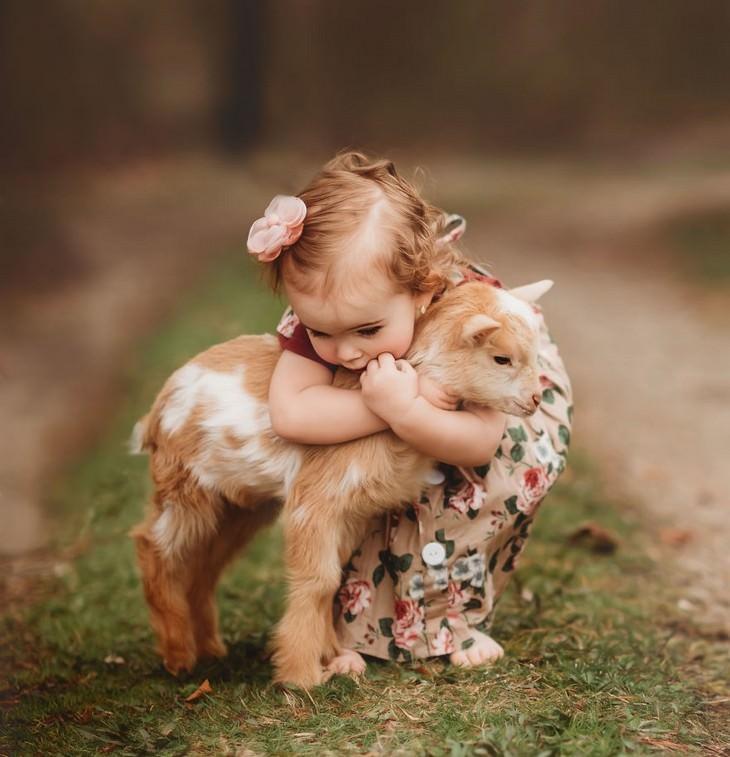 תמונות מקסימות של חיות וילדים: ילדה וטלה