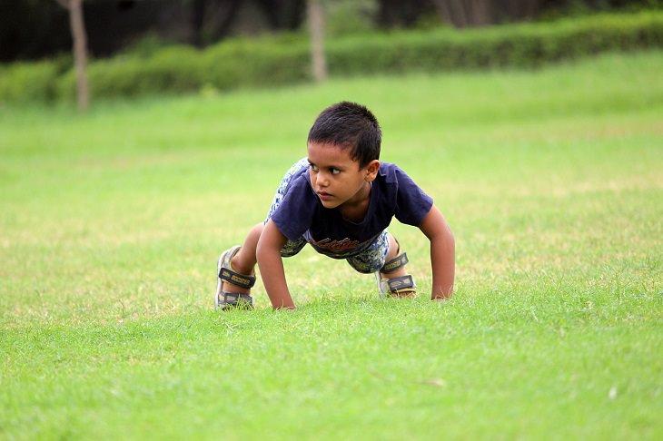 פיתוח חוסן נפשי אצל ילדים: ילד עושה שכיבת סמיכה