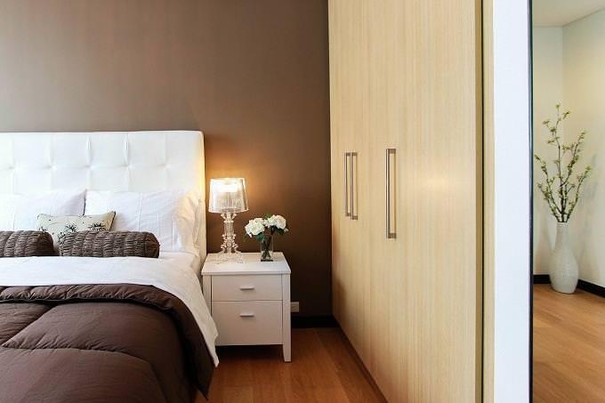 חידון אישיות על יזמות: חדר ובו ארון סגור, שידה ומיטה