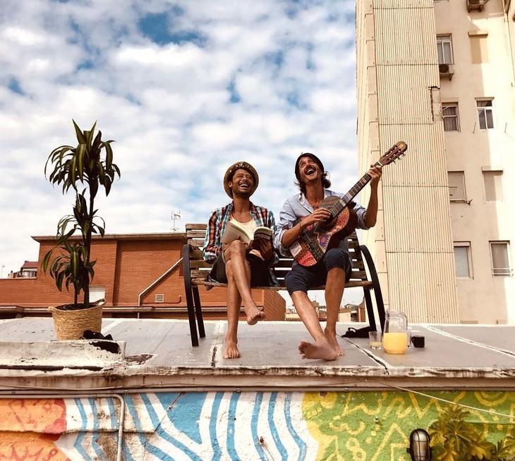 תמונות של אנשים בהסגר: חברים מנגנים על גג
