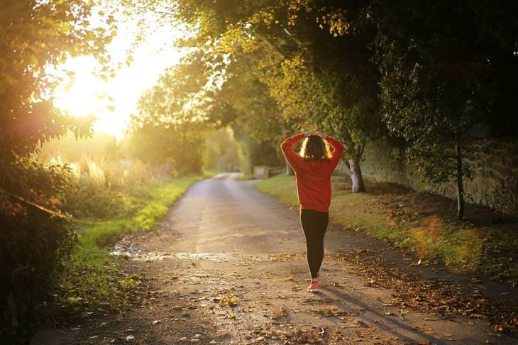 הליכה מדיטטיבית: אישה הולכת בטבע