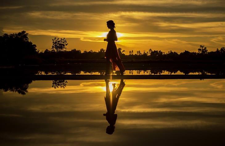 הליכה מדיטטיבית: אישה הולכת לצד אגם