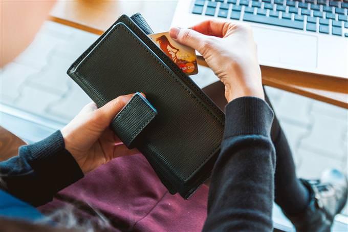 מבחן אישיות: הוצאת כרטיס אשראי מארנק