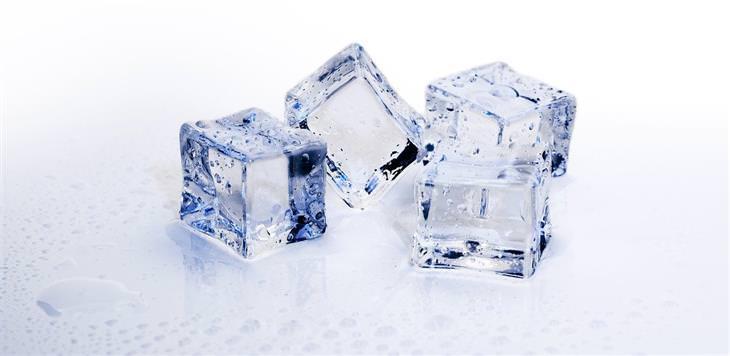 קוביית קרח להפגת התקף חרדה: קוביות קרח