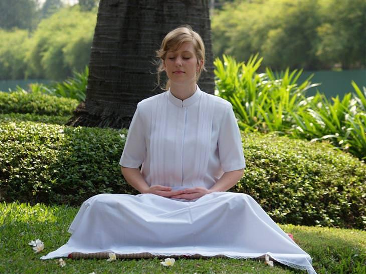 קוביית קרח להפגת התקף חרדה: אישה יושבת על דשא בשלווה