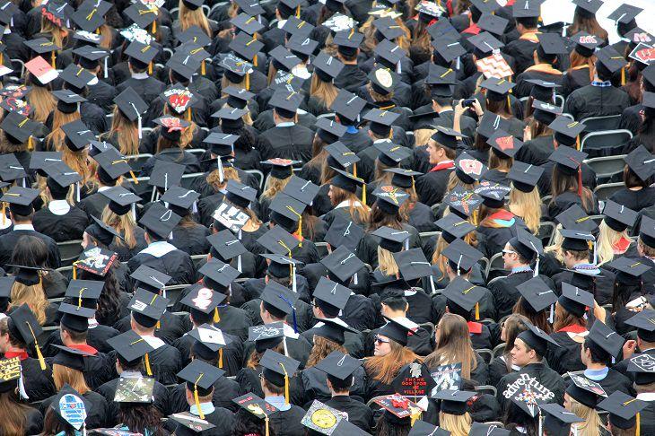 דברים שצריך לדעת על תואר שני: סטונדטים בטקס סיום