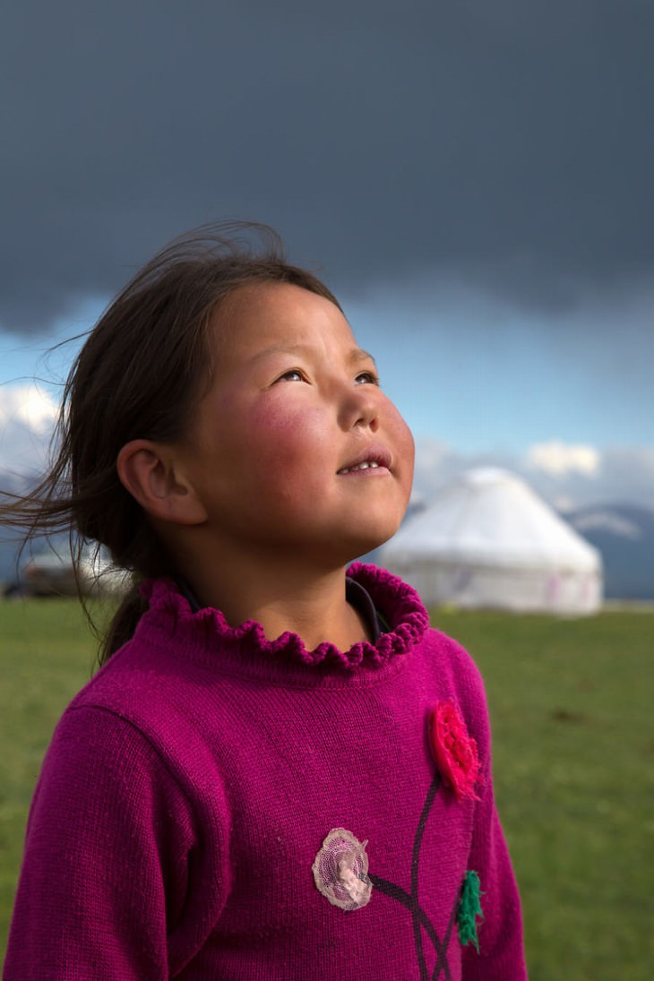 תמונות שלוות: ילדה קירגיזסטנית מסתכלת לשמים